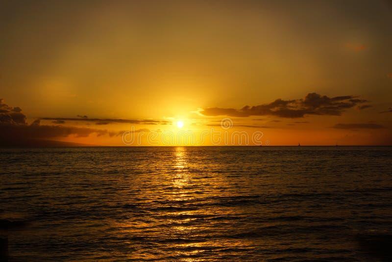 在毛伊的日落热带海滩金黄天际 库存照片