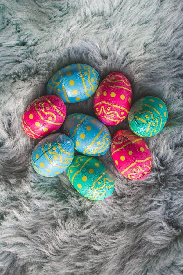 在毛皮,桃红色,蓝色和绿色鸡蛋,复活节backgroung的多个色的复活节彩蛋 库存图片