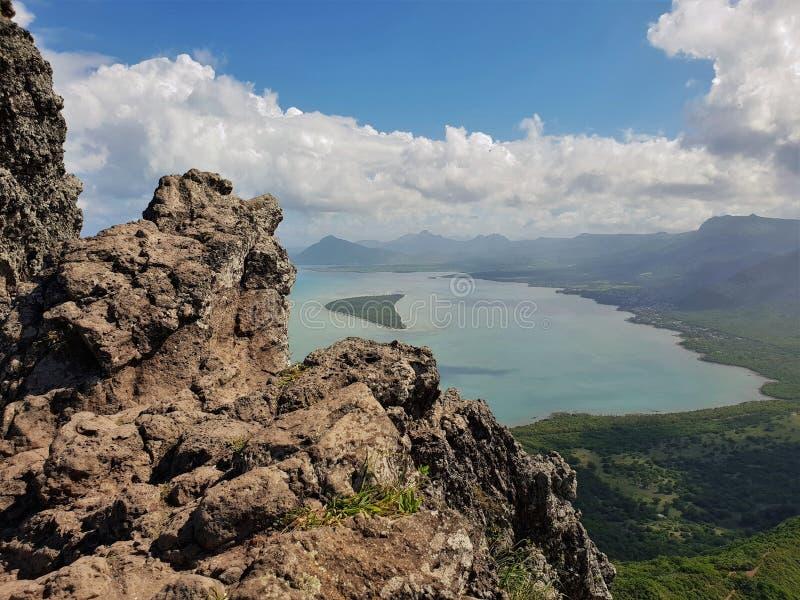 在毛里求斯海岛视图的Ile辅助benitiers从le morne山 免版税库存照片