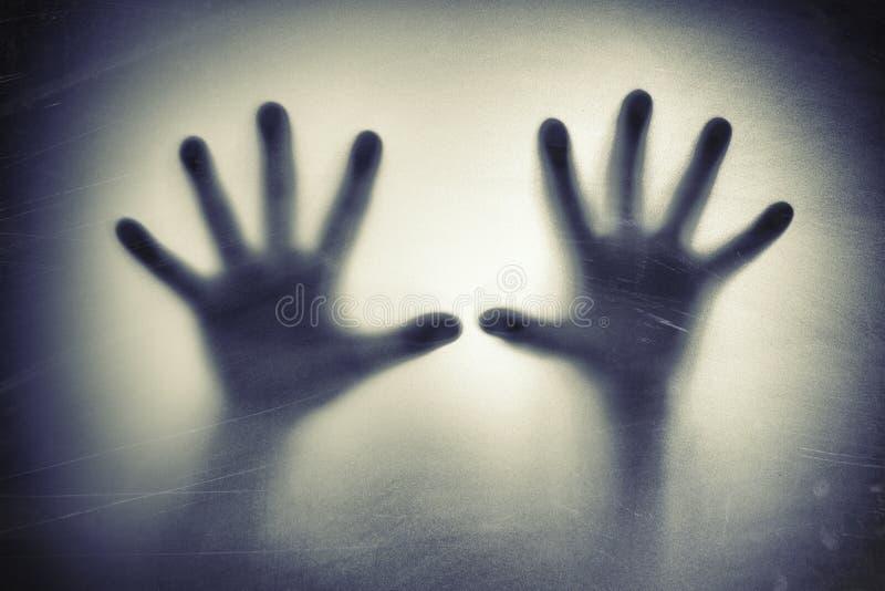 在毛玻璃后的手 恐惧,恐慌,尖叫概念 免版税库存照片