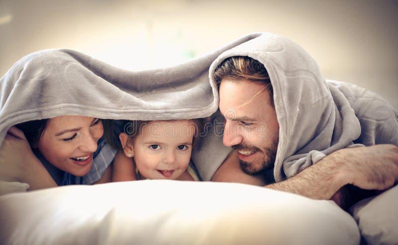 在毯子下的乐趣 库存照片