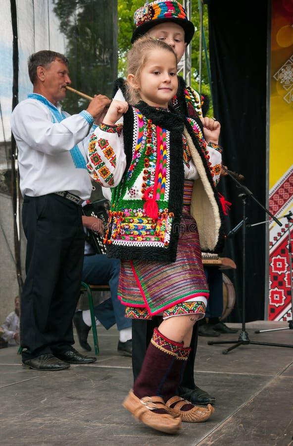 在民间服装的Hutsuly 传统服装的乌克兰人民在度假 图库摄影