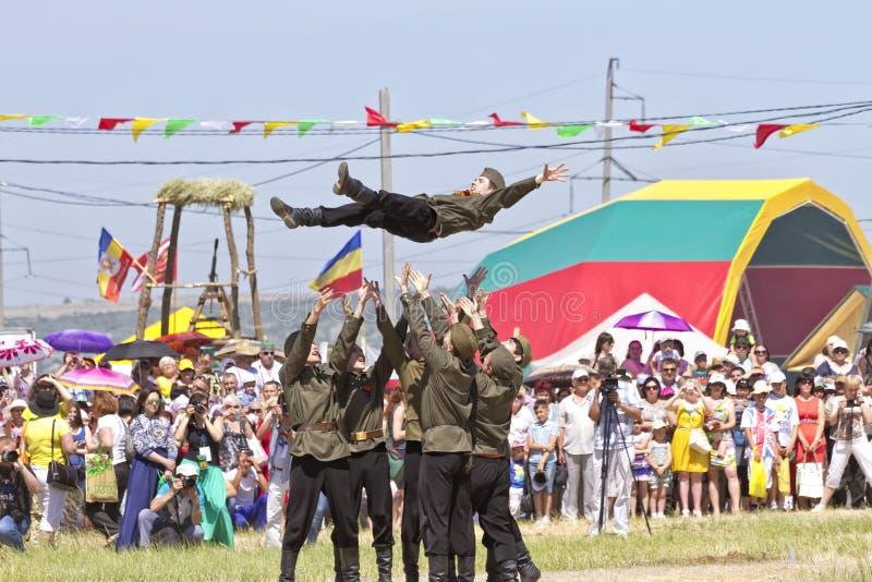 在民间服装的跳舞小组和苏联军队的形式在节日Sabantui-2014的 免版税库存照片