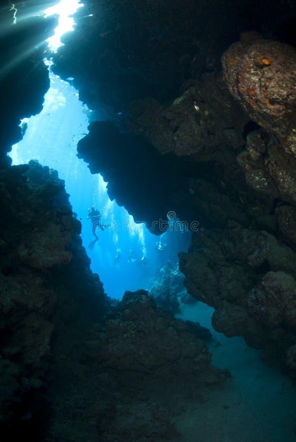 在水下水肺的剪影之外的洞潜水员 库存图片