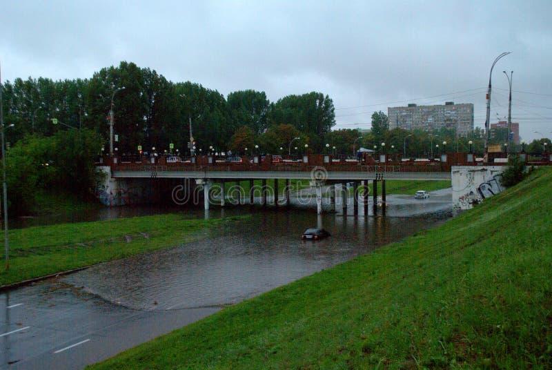 在水中困住的汽车在大雨期间 库存图片