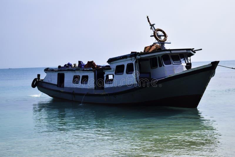 在水停车处的传统航行的木小船在港口在夏天休假在楠榜,印度尼西亚 免版税库存图片