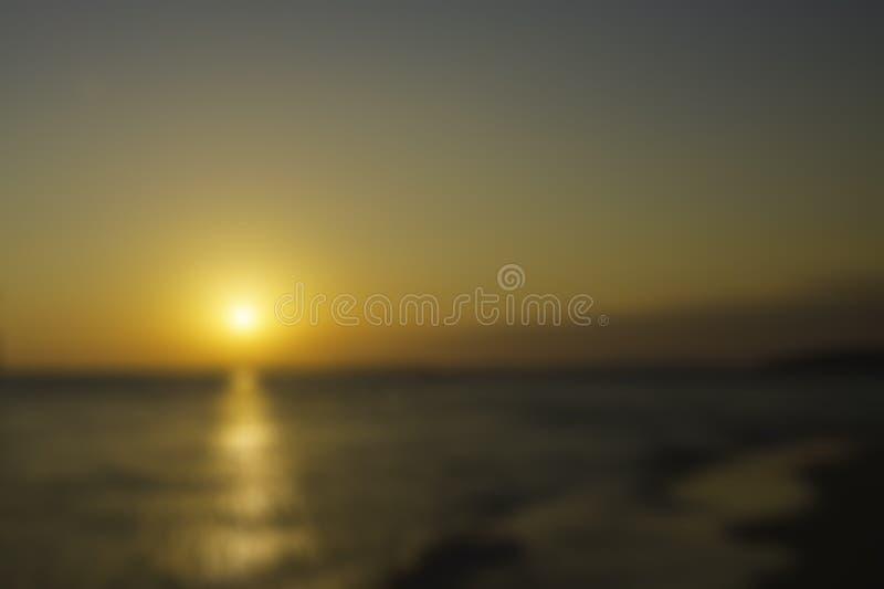 E 美好的金黄日落 在水反映的太阳道路 免版税图库摄影