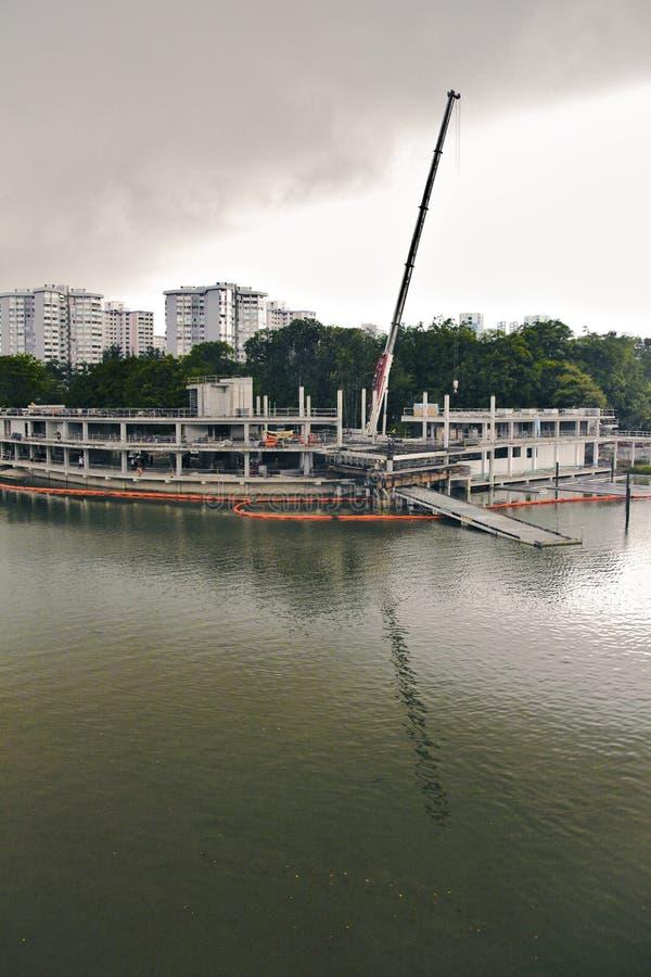 在水反映的建造场所 库存照片