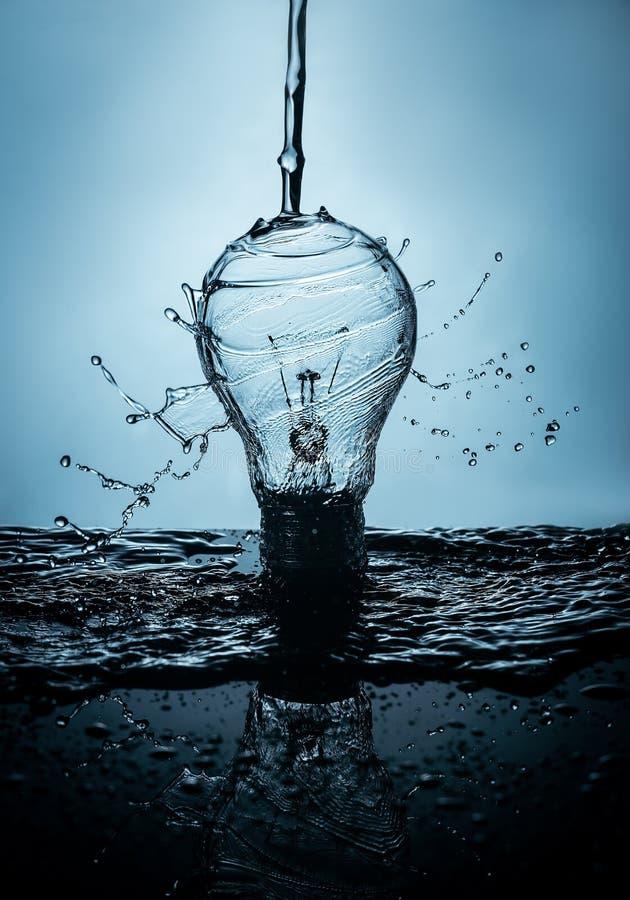 在水和浪花的电灯泡 免版税库存图片