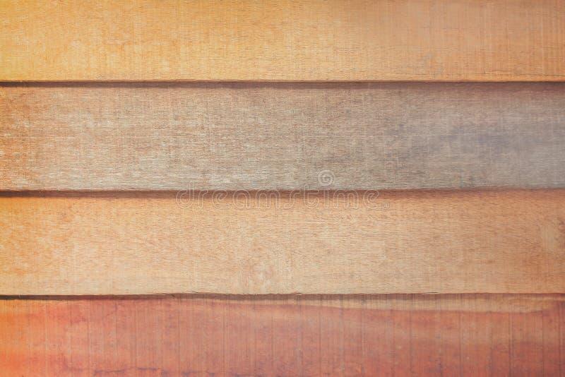 在水平的样式的老黑暗和轻的空白的棕色板条墙壁背景的 库存照片