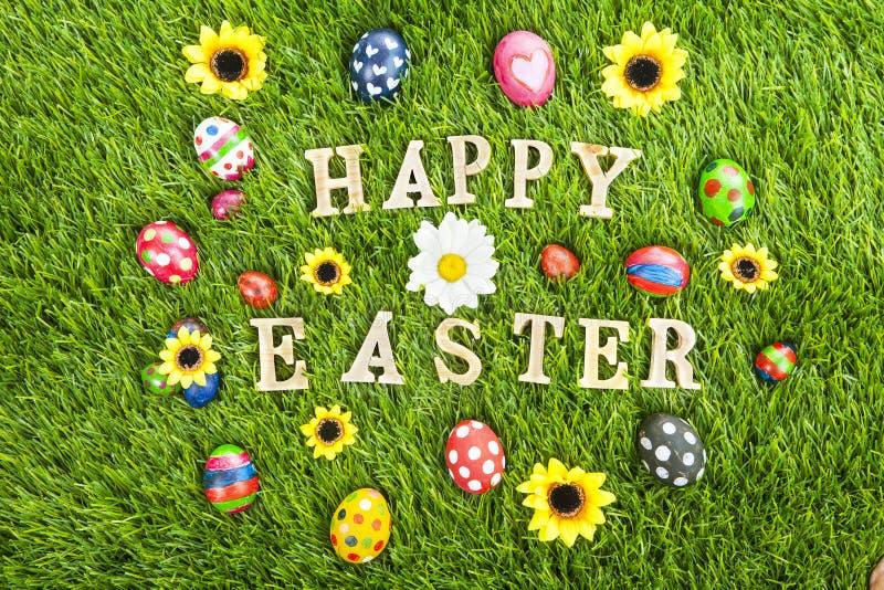 在水平的草的愉快的复活节彩蛋 向量例证