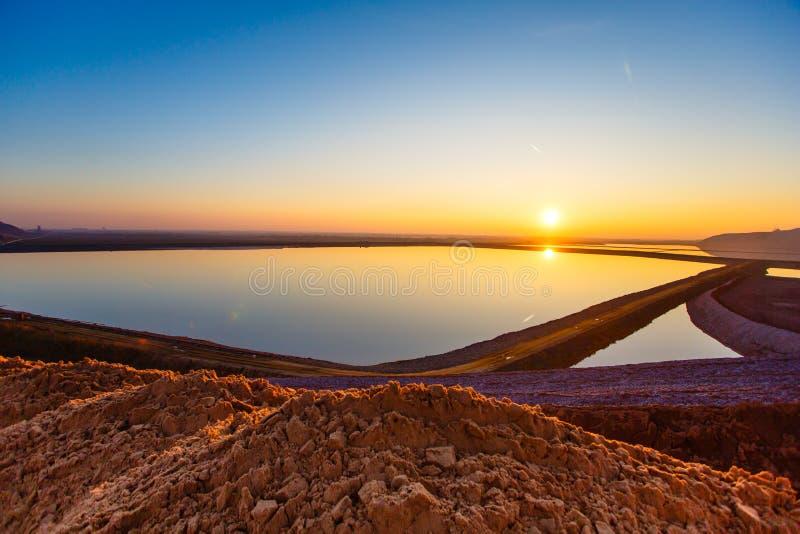 在水库的明亮的太阳 免版税库存照片
