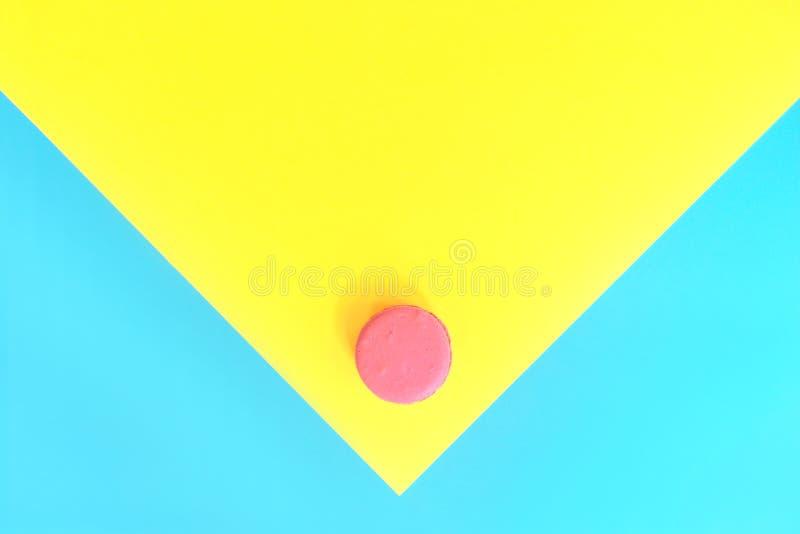 在水彩样式的蛋白杏仁饼干在黄色蓝色背景 库存图片