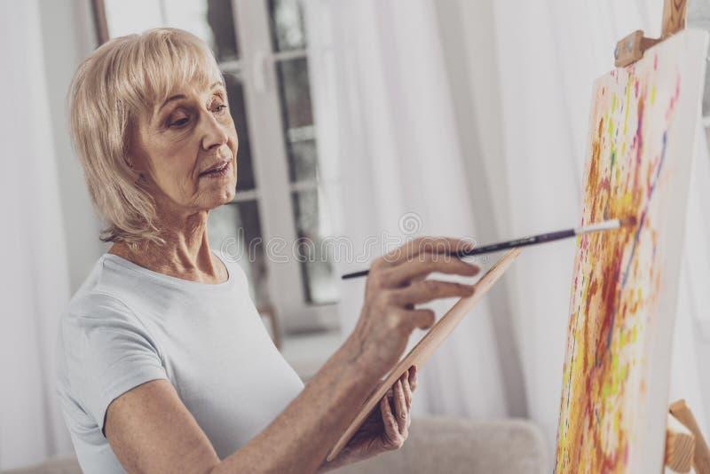 在水彩的金发的妇女绘画 免版税库存照片