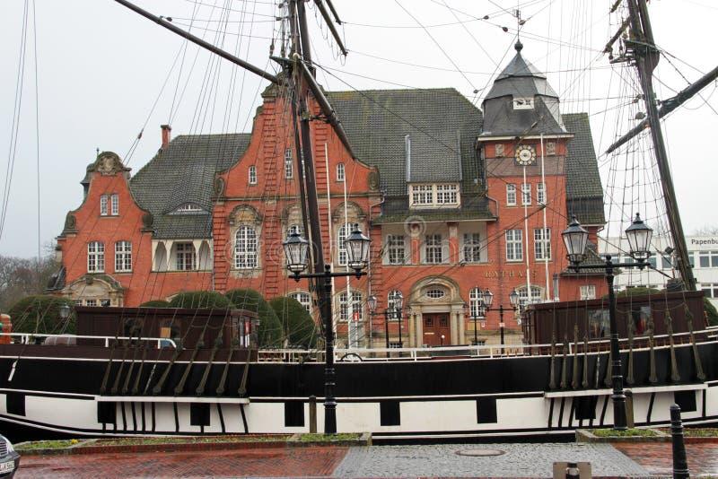 在水手船右边的侧视图在papenburg的德国民用大厅前面 库存照片