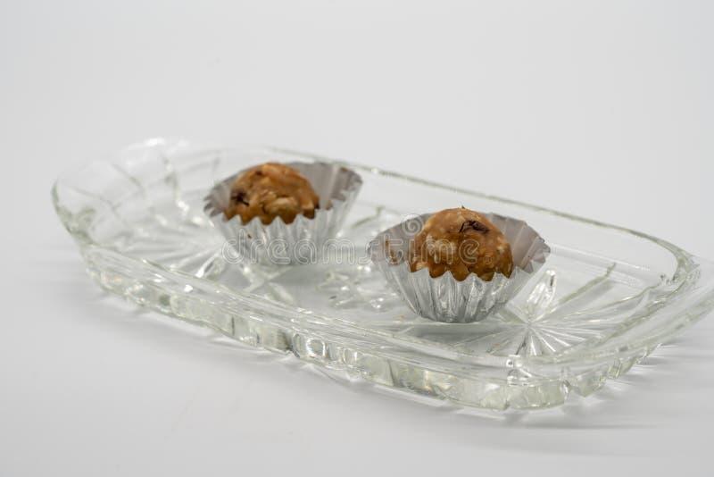 在水晶碗fo的微型巧克力和花生酱能量球 库存照片