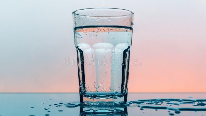 在水杯的碳酸化合的苏打水 免版税库存图片