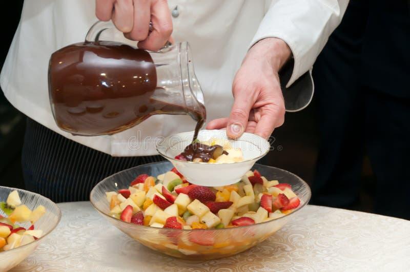 在水果沙拉的热巧克力 库存照片