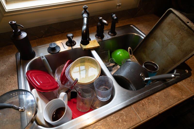 在水槽堆积的肮脏的盘 图库摄影