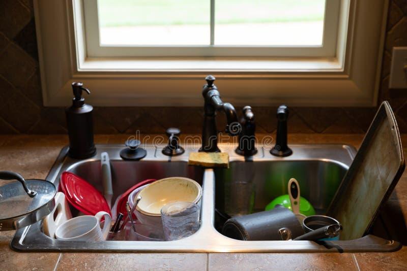 在水槽堆积的肮脏的盘 免版税库存图片
