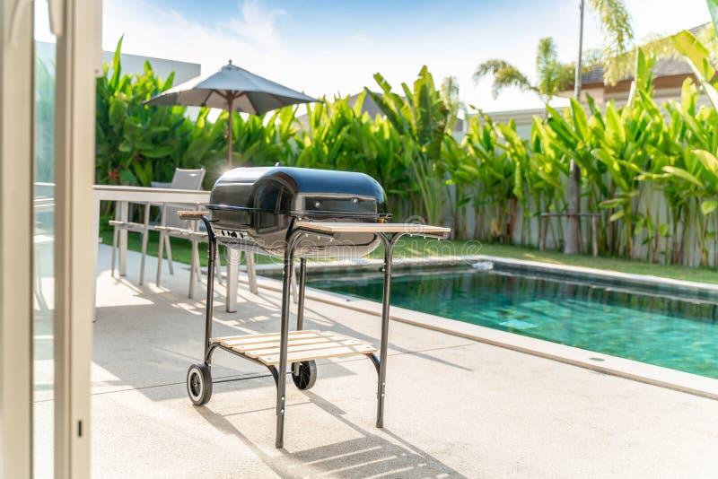 在水池别墅的烤肉格栅 免版税图库摄影