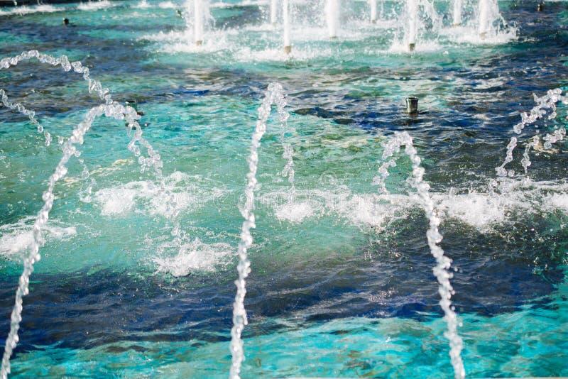 在水池的喷泉涌出的苏打水 库存图片