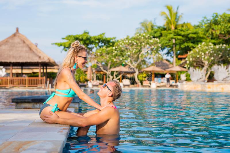 在水池的夫妇在热带手段的假期时 免版税库存照片