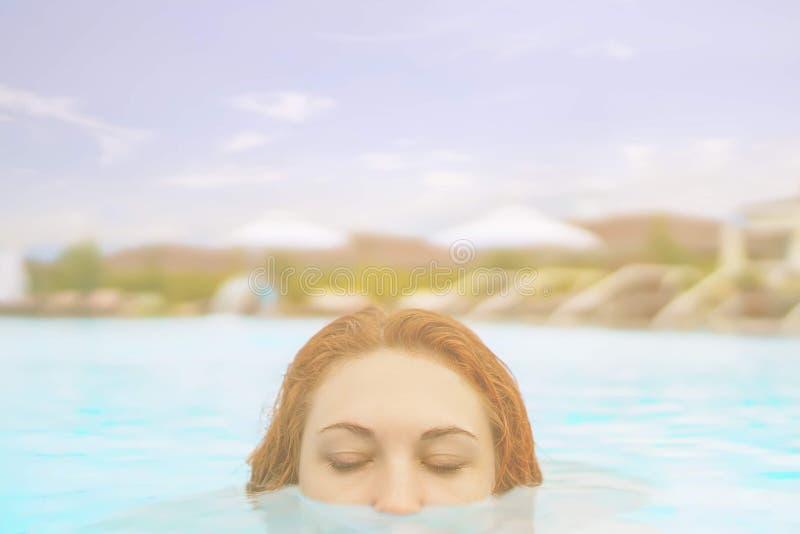 在水池的妇女游泳 免版税库存图片