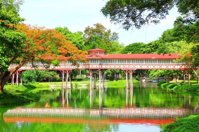 在水池的红色木步行方式在萨娜姆陈宫殿那空巴吞 免版税图库摄影