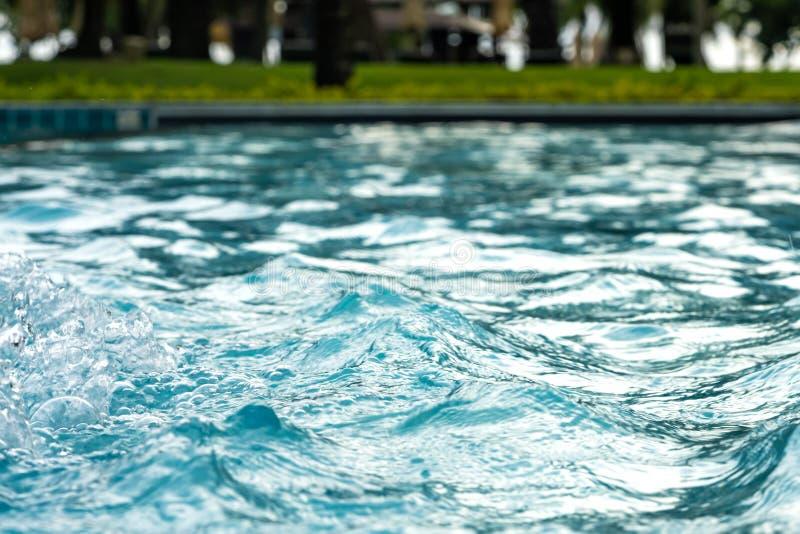 在水池的蓝色清楚的淡水 温泉按摩背景 免版税库存照片