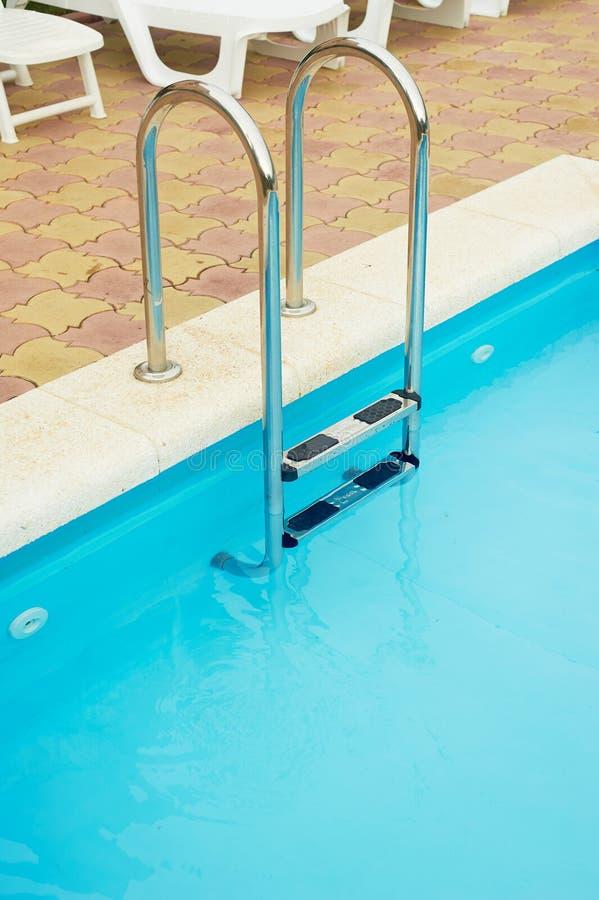 在水池的金属扶手栏杆 下降到水里 假期、休闲 免版税库存图片