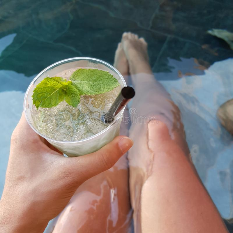 在水池的Mojito 免版税库存图片