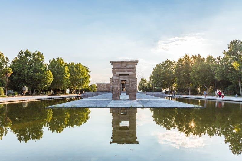 在水池被反射古老门的纵射  Debod Templo de Debod寺庙是一个古老埃及寺庙  免版税库存照片