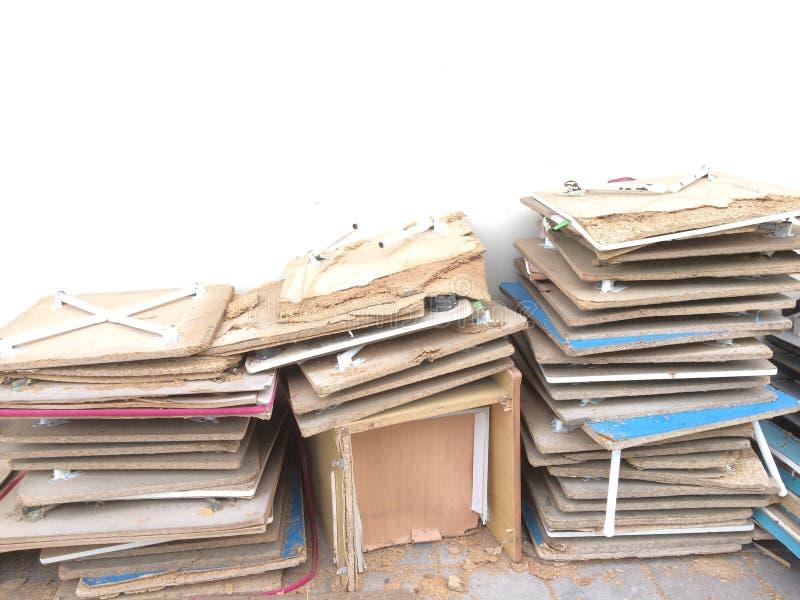 在水泥地板上堆积的微型桌废墟 库存图片