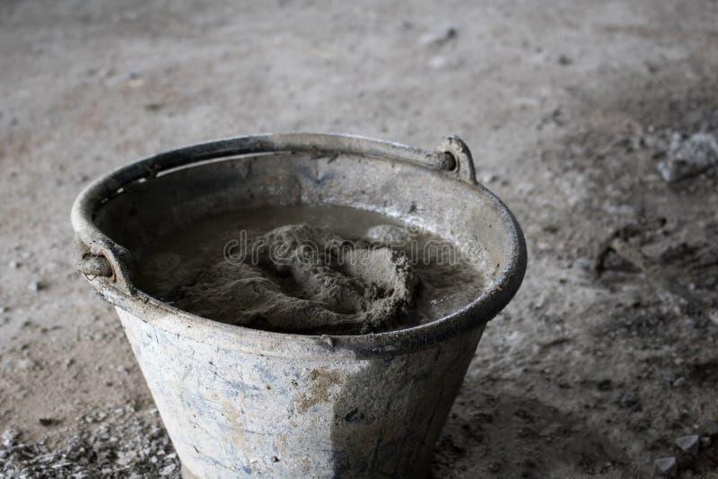 在水泥地板上的桶建筑的 免版税库存图片