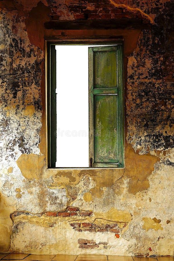 在水泥墙壁的老木窗架stly房子内部葡萄酒 免版税库存照片
