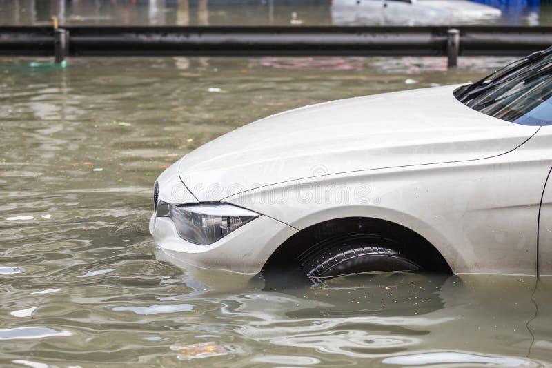 在水洪水上的街道和展示水平的汽车停车处在Ba的 库存图片