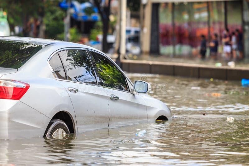 在水洪水上的街道和展示水平的汽车停车处在Ba的 免版税库存图片