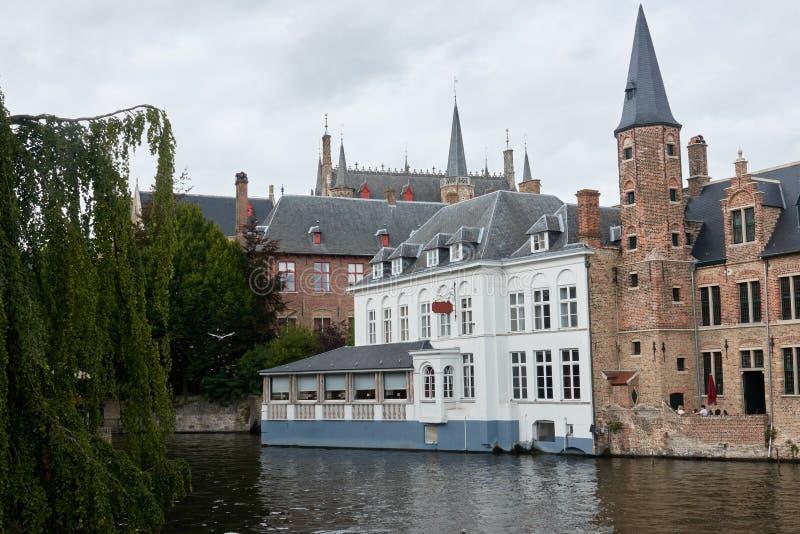 在水的中世纪城堡在旅游圣地布鲁日 库存照片