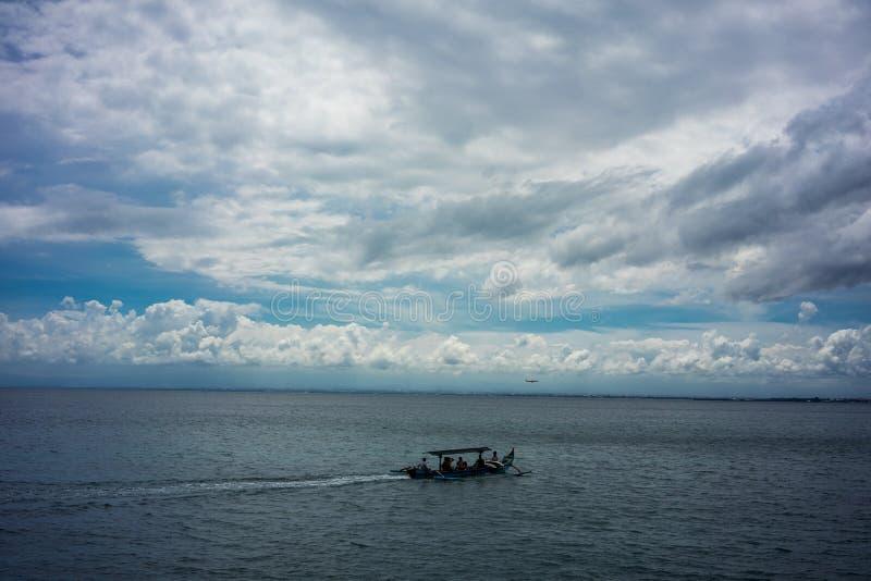 在水的传统渔船航行与多云天空 免版税库存图片