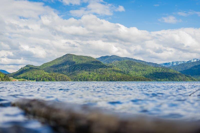 在水的低角度视图对山 图库摄影