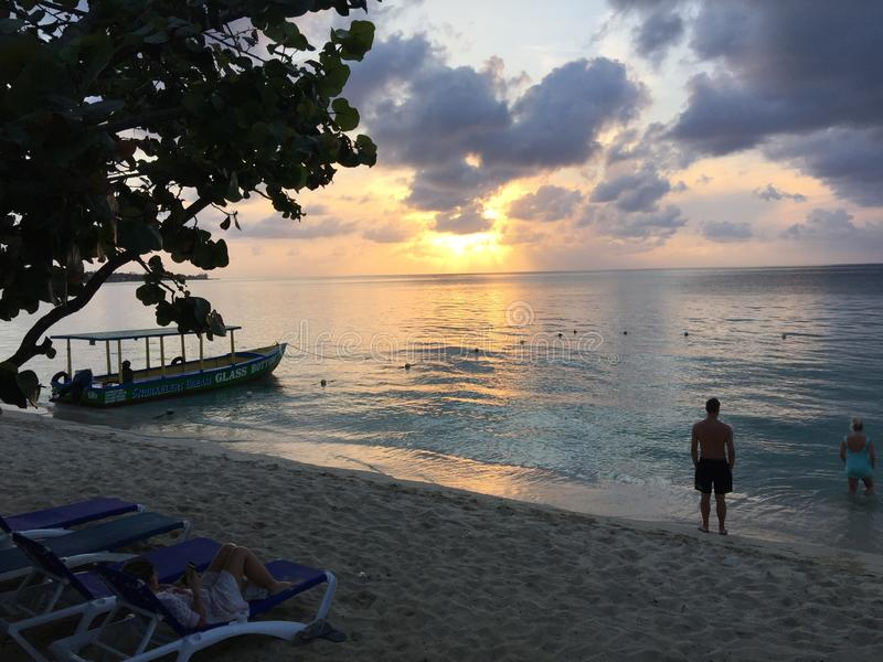 在水的内格里尔牙买加日落 图库摄影