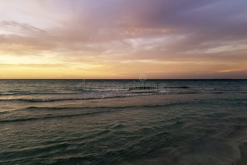 在水的剧烈的日落在古巴海滩 免版税图库摄影