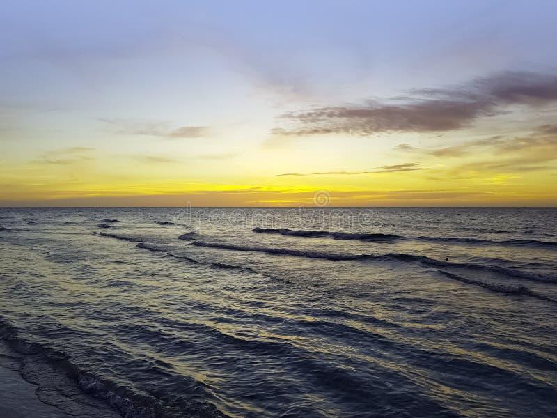 在水的剧烈的日落在古巴海滩 免版税库存照片