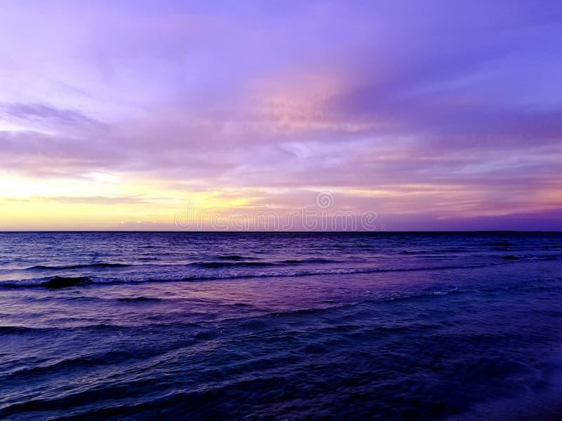 在水的剧烈的日落在古巴海滩 免版税库存图片