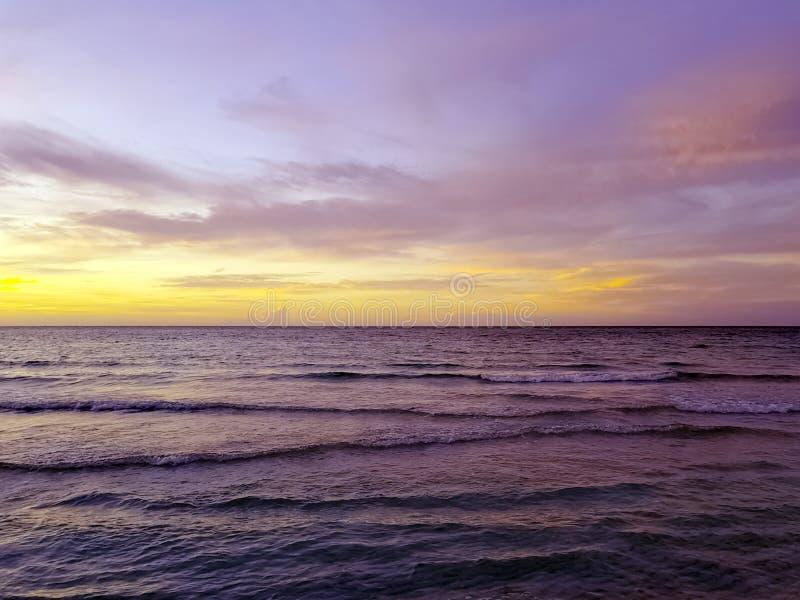 在水的剧烈的日落在古巴海滩 库存图片