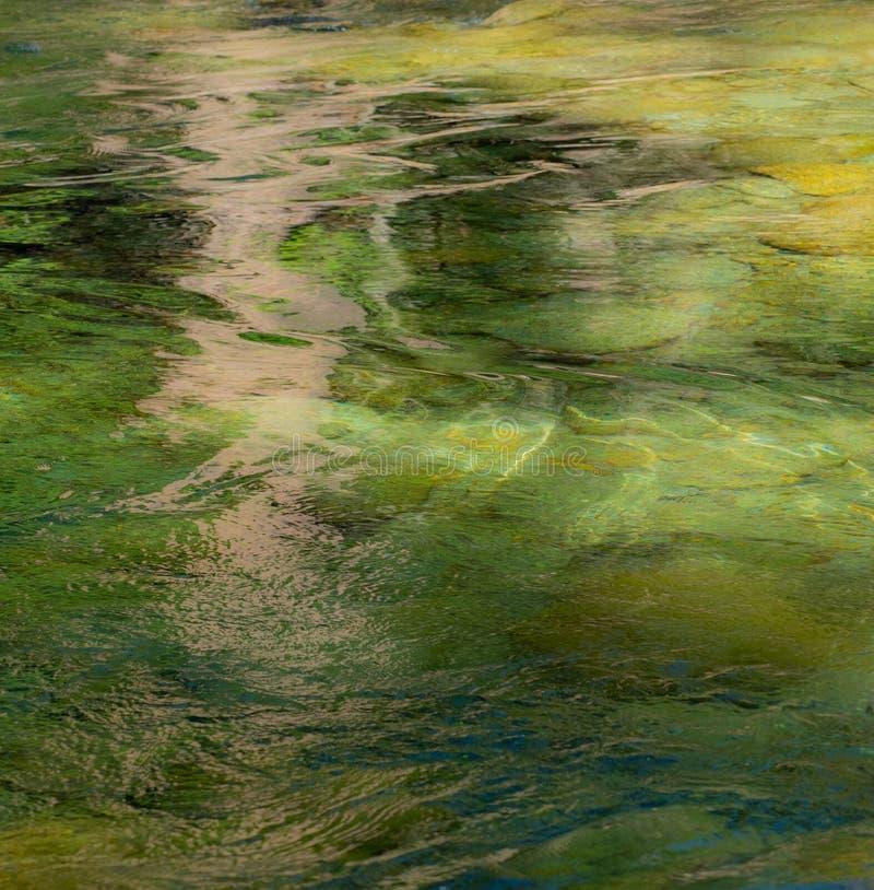 在水的反射创造一个抽象样式 库存照片