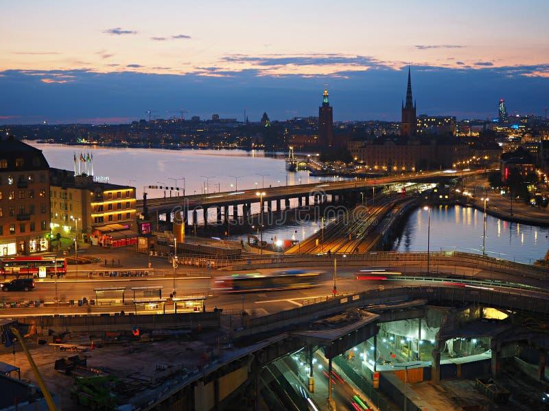 在水的夜视图在斯德哥尔摩,瑞典 免版税库存图片