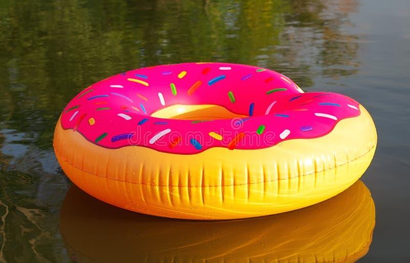 在水的大可膨胀的多福饼在日出时间 行家被洒的多福饼浮游物在湖 免版税图库摄影
