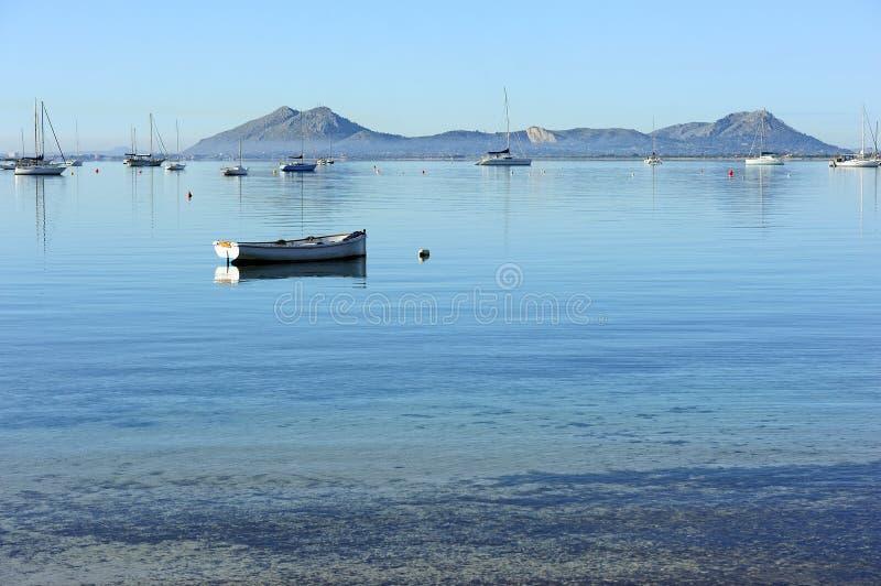 在水的小船在海岸附近 库存图片